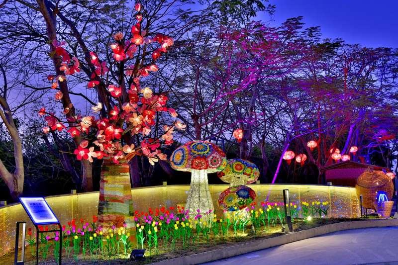 綺麗花都燈區運用鉤織藝術展現出色彩鮮豔,呈現出櫻花樹及色彩鮮豔的香菇造型編織燈。(圖/臺中市政府提供)
