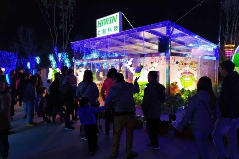 「產業讚聲燈區」中,民眾對「Hiwin機器人-上銀科技」燈組感到最為驚豔。(圖/臺中市政府提供)