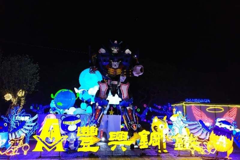 「鋼鐵築夢-豐興鋼鐵」以6米高機器人掃射互動光感照亮遊客行走道路,驚奇感十足。(圖/臺中市政府提供)