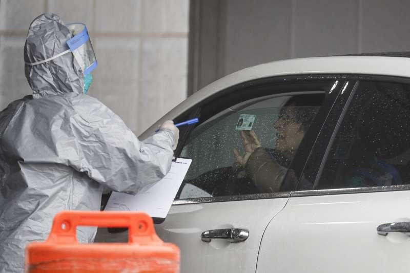 美國紐約一名醫護人員正為民眾做武漢肺炎篩檢(美聯社)
