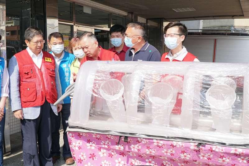 新竹縣長楊文科(左一)視察「移動負壓隔離艙」防疫載送佈署。(圖/新竹縣政府提供)