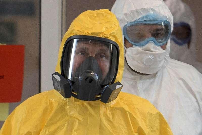 2020年3月,俄羅斯加強新冠肺炎(武漢肺炎)防疫工作,總統普京穿上防護服視察醫院(AP)