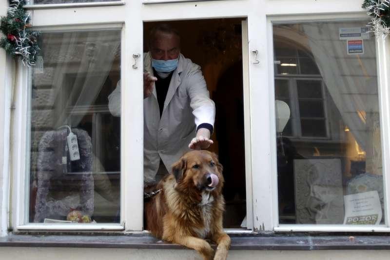 歐洲新冠肺炎疫情持續升溫,捷克政府向中國購買快篩試劑(AP)