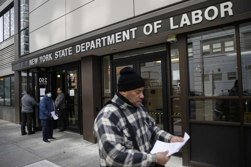 2020年,新冠肺炎重創美國經濟,引發失業潮。(AP)