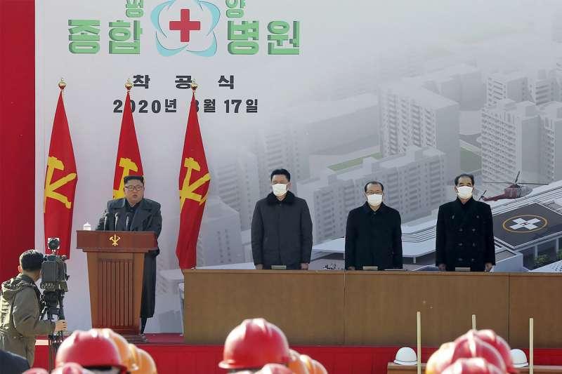 武漢肺炎:北韓零確診,金正恩未戴口罩,但一旁的官員都戴(AP)
