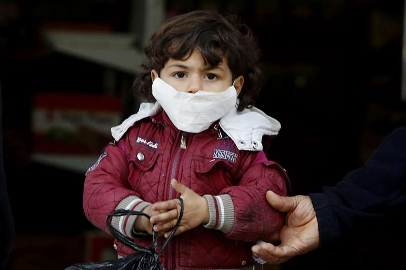 武漢肺炎:戴口罩的巴勒斯坦小孩(AP)