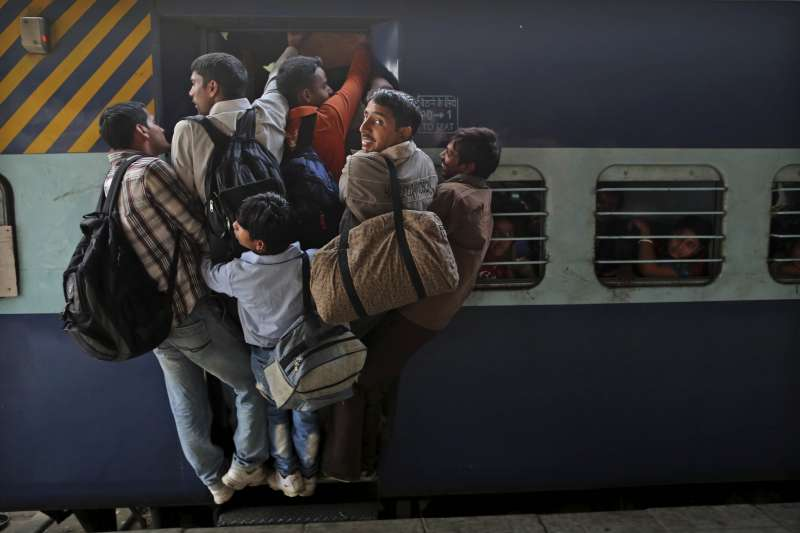 印度的武漢肺炎(新冠肺炎)疫情升溫,全國封鎖前夕,許多勞工搶搭火車返鄉。(AP)