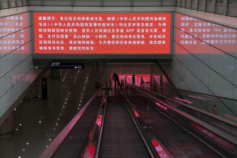 2020年3月,中國本土新冠肺炎(武漢肺炎)疫情逐漸平息,但境外輸入病例卻暴增(AP)