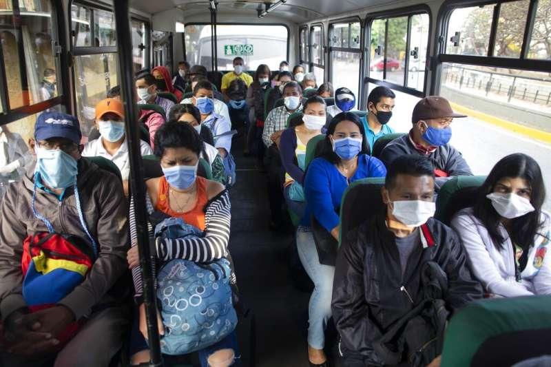 委國首都卡拉卡斯的公車乘客幾乎全都戴著口罩。(美聯社)