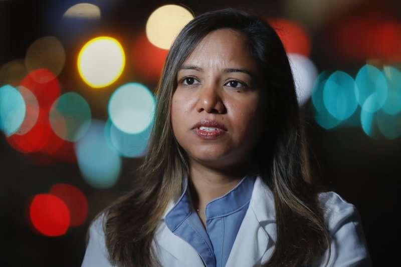 新冠肺炎疫情肆虐紐約,造成醫療物資匱乏,在隔離政策下,病患只能獨自死去,對前線醫師的身心都造成重大影響。(AP)
