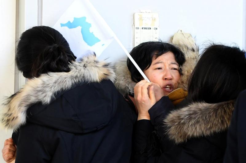 2018 年,金仁姬(Kim Ryen-hui,音譯)嘗試在非軍事區與北韓藝術表演者見面時,遭到韓國官員阻撓。(圖片來源:路透社)