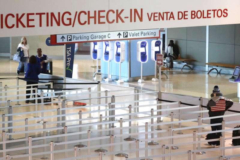 新冠肺炎衝擊讓美國失業人數大增,圖為空空蕩蕩的美國達拉斯愛田機場。(美聯社)