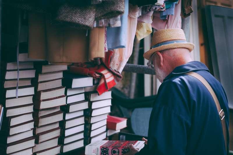 計程車司機戈登孤獨死去,他空蕩的住處除了一疊鳥類書籍,幾乎沒有任何生活痕跡。示意圖。(圖/Unsplash)