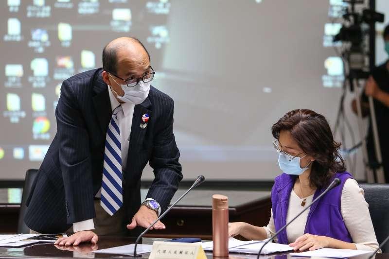 20200327-「人工流產思考期」公投領銜人彭迦智(左)27日出席中選會聽證會。(顏麟宇攝)