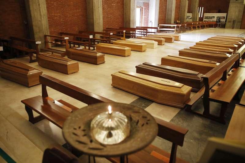 義大利成為武漢肺炎疫情重災區,死亡案例達9134例。這是北部倫巴底大區塞里亞泰鎮一座教堂內,等待火化的棺木(美聯社)