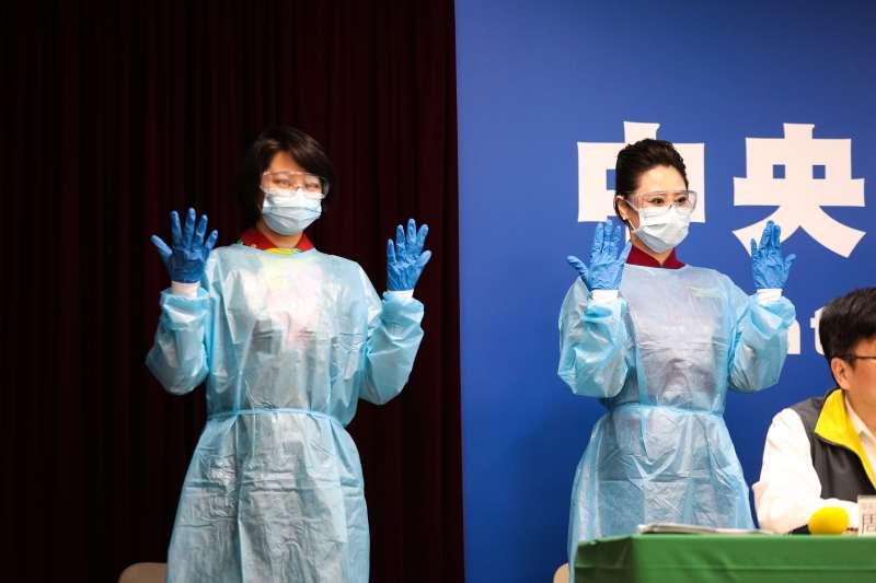 新冠肺炎疫情升溫,不少第一線人員如醫護、空服員除工作負擔、風險倍增外,更受到許多來自社會的壓力。圖為航空公司機組員於疫情中心記者會示範防疫機上防疫裝備穿戴,非關新聞個案。(中央流行疫情指揮中心提供)