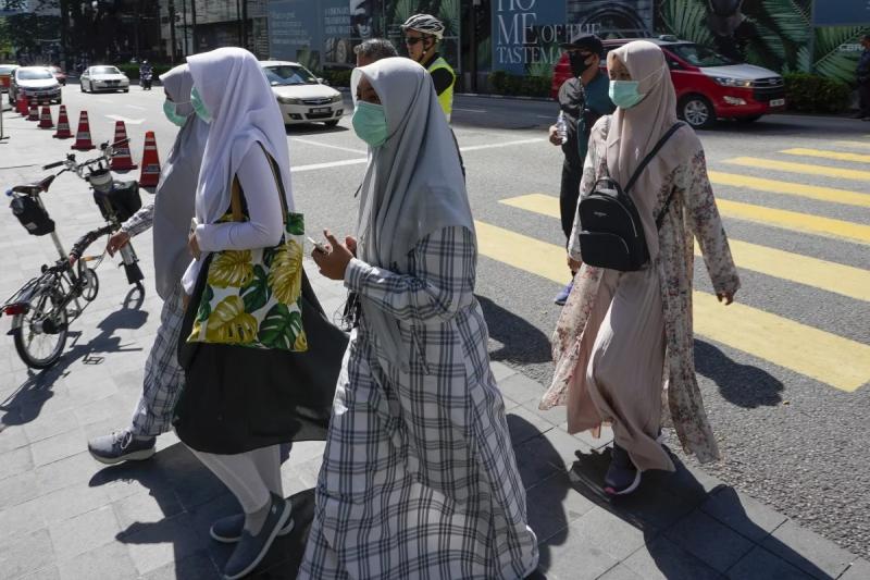 馬來西亞的武漢肺炎疫情延燒,吉隆坡路上的行人幾乎都戴著口罩(美聯社)