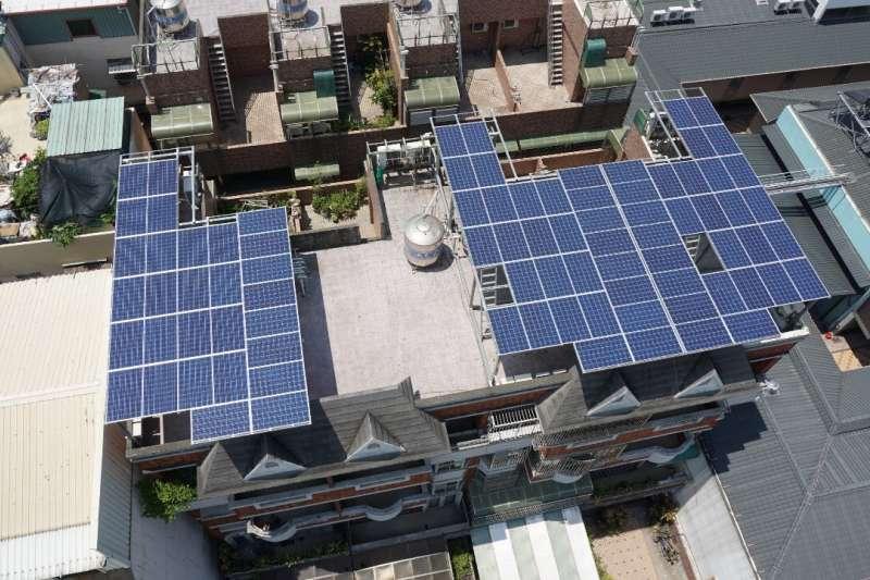 高市府鼓勵民間建築物設置太陽光電,持續開辦太陽光電補助,今年度總補助經費計新台幣1500萬元,即日起接受民眾申請。(圖/高雄市工務局提供)