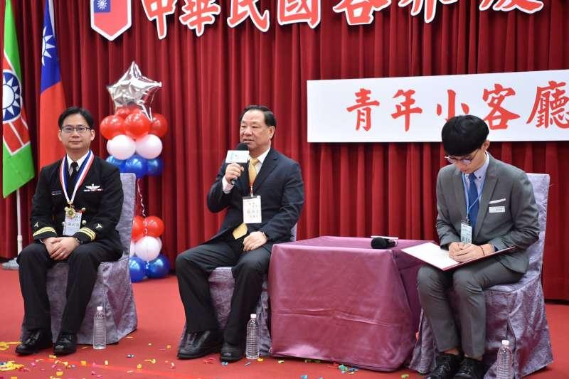 救國團主任葛永光(中)與青年獎章得主們座談。(救國團提供)