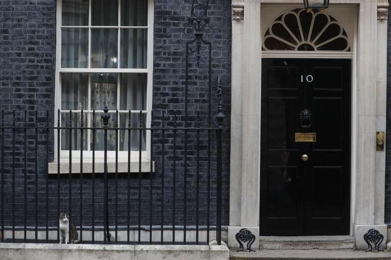 英國唐寧街10號首相官邸。英國首相強森確診武漢肺炎,引發首相繼任制度的討論(AP)
