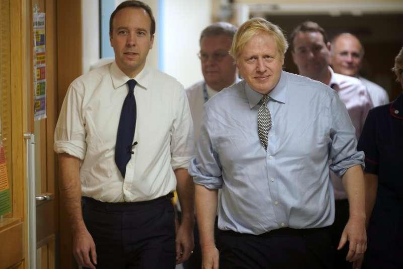 英國首相強森(右)與衛生大臣漢考克27日雙雙宣布確診武漢肺炎(新冠肺炎)。(AP)