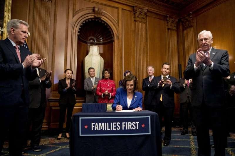 美國已經成為全球新冠肺炎疫情最嚴重的國家,美國聯邦眾議院表決通過振興經濟法案。(美聯社)
