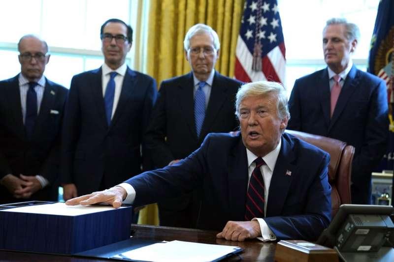 美國已經成為全球新冠肺炎疫情最嚴重的國家,美國總統川普簽署振興經濟法案。(美聯社)