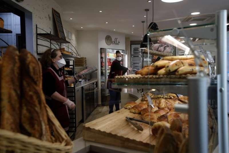 儘管新冠肺癌肆虐,法國巴黎的麵包店仍然照常經營。(AP)