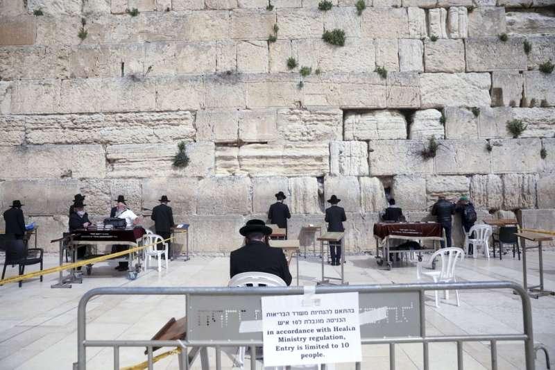 新冠肺炎疫情橫掃全球,以色列被評選為最安全國家,只要保持一定社交距離,還是可以在戶外進行集體禱告。(資料照,美聯社)