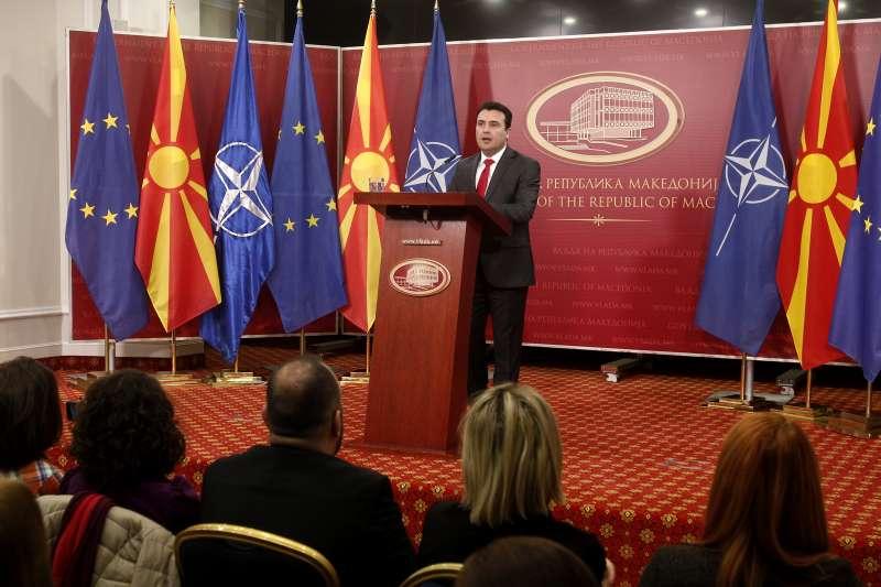 北馬其頓總理扎伊夫與身後的北馬其頓、北約、歐盟旗幟(資料照,AP)