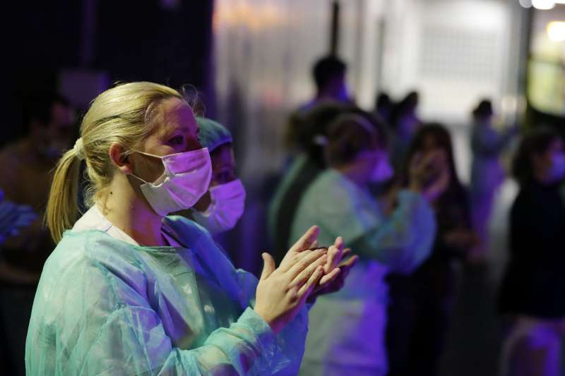 新冠肺炎疫情重創西班牙,第一線抗擊病毒的醫護人員首當其衝(AP)