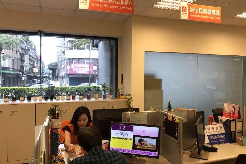 新北市勞工局就業服務站設立「中高齡及高齡就業專區」助民眾就業。(圖/新北市勞工局提供)
