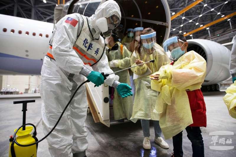 20200330-昨(29)日深夜載運有第三批滯留中國湖北國人的「類包機」返台,再次由陸軍33化學兵進行清消作業。(軍聞社提供)