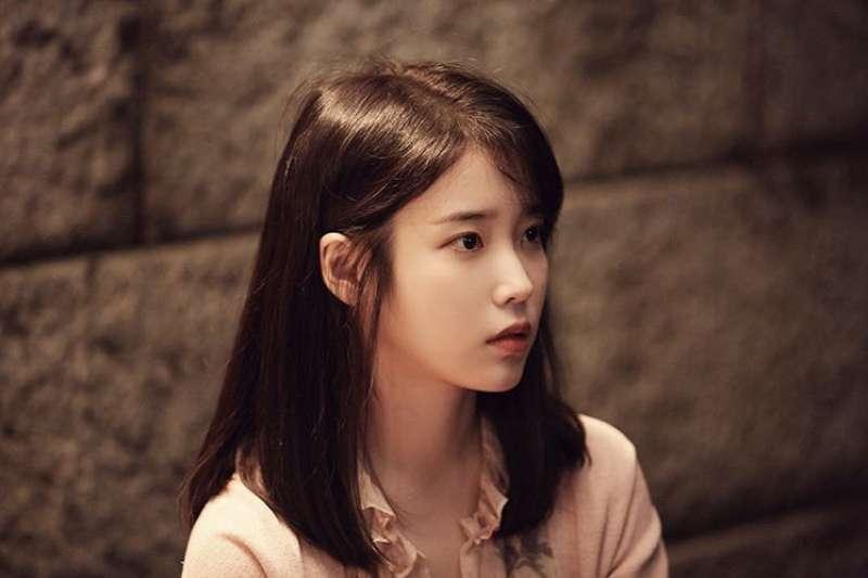 素有「國民妹妹」稱號的韓國女歌手IU,15歲就以創作歌手的姿態solo出道。(圖/IU的Instagram)