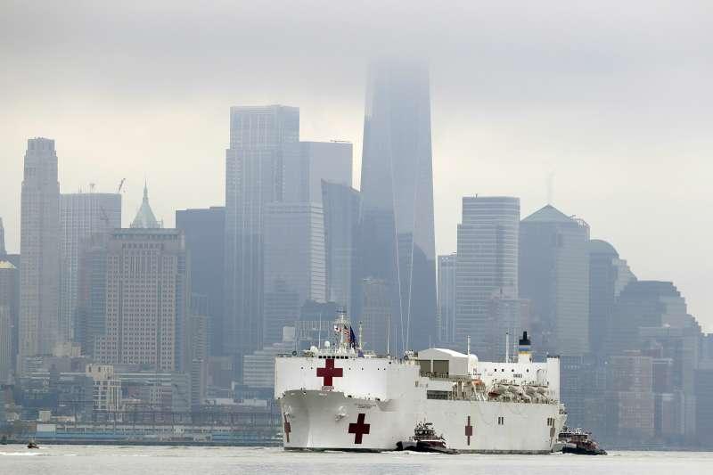 美國海軍醫療船「慈悲號」(USNS Comfort)抵達紐約市(AP)