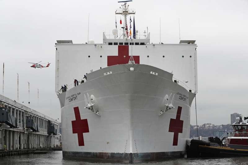 美國海軍醫療船「安慰號」(USNS Comfort)抵達紐約市。(AP)