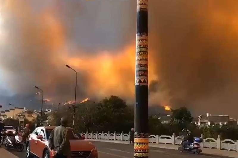 中國大陸四川省涼山州西昌市昨天發生森林大火,由於火勢猛烈,西昌全城被一層黃色煙霧籠罩。(圖/截自央視新聞)
