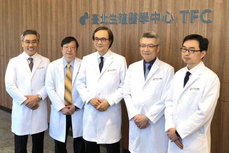 台北生殖醫學中心創辦人曾啟瑞(中)是台灣不孕症的權威。(林哲良攝)