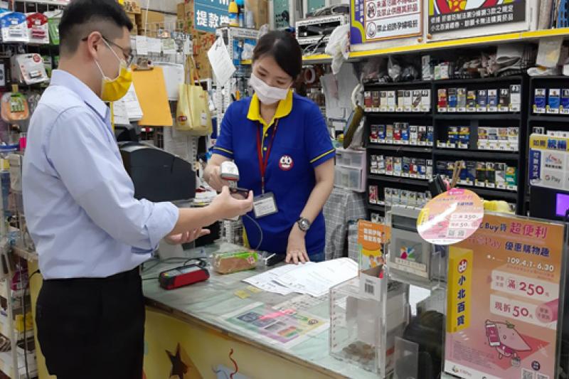 民眾到小北百貨使用「台灣Pay」(金融卡或帳戶)購物,單筆消費滿250元即可享現折50元回饋。(圖/土地銀行提供)
