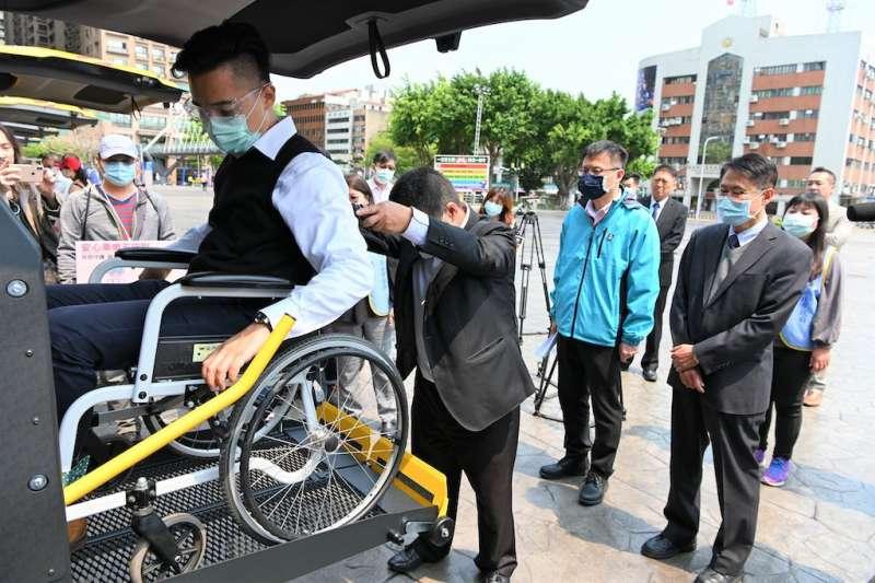 新北購置13台全新的身心障礙學生交通車,特將尾門配合身心障礙孩子改裝成附升降設備,提供更舒適便利的乘車空間。(圖/新北市教育局提供)