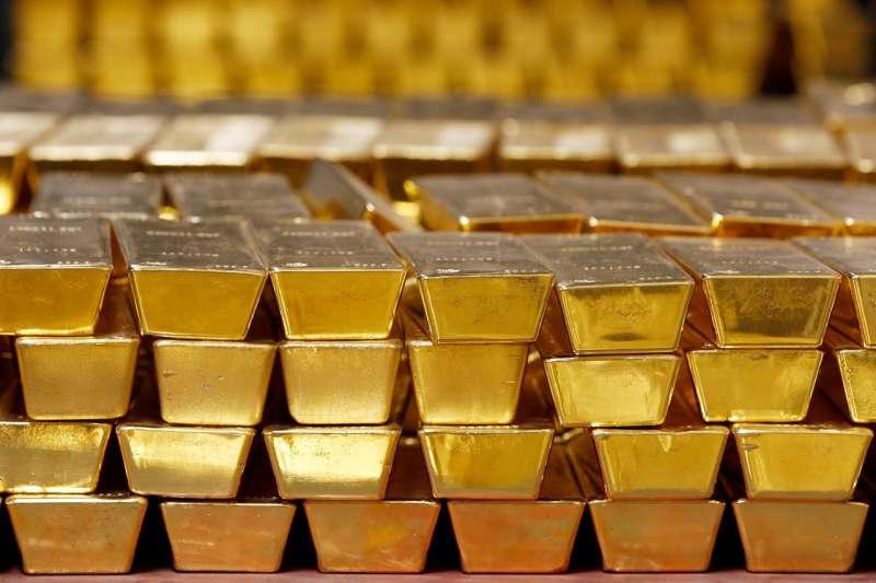 2014年,紐約州西點的美國造幣廠,金條被堆放在一個金庫裡。(AP)