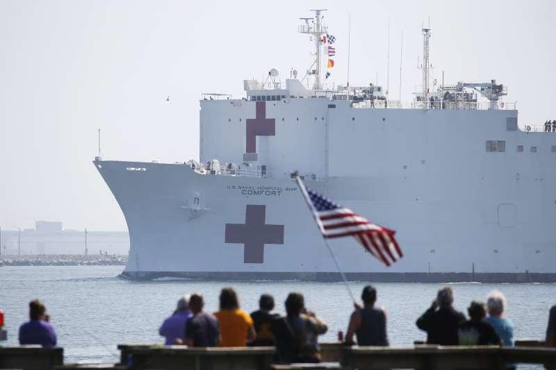 中華戰略學會研究員張競認為,美國僑胞返台醫療,政府不該當冤大頭。圖為美國海軍醫院船「安慰號」。(資料照,美聯社)