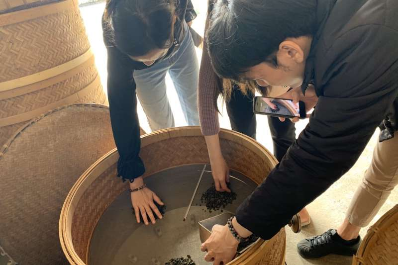 鹿谷鄉竹豐社區發展協會推出焙火風味輪讓遊客實際體驗「凍頂烏龍茶」的緣由以及與其他茶區茶葉之不同特色。(圖/水土保持局南投分局提供)