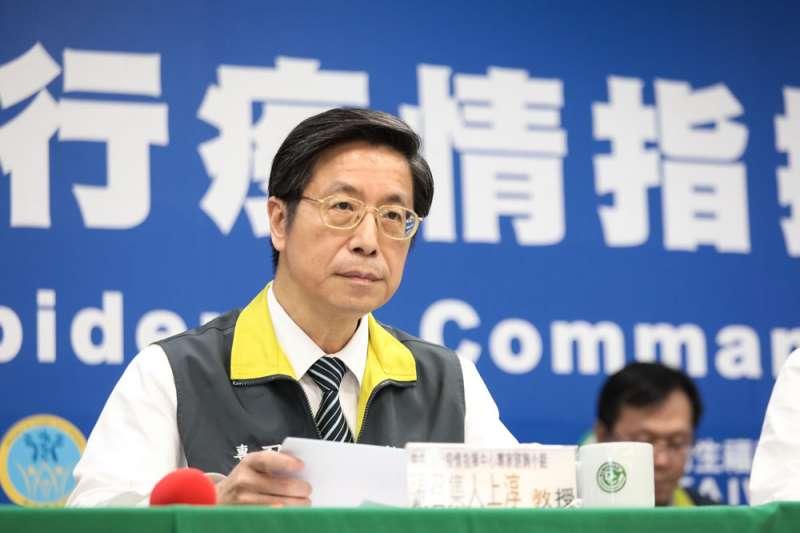 張上淳在疫情中心的防治傳染病學說得很專業,讓民眾聽得津津有味。(中央流行疫情指揮中心提供)