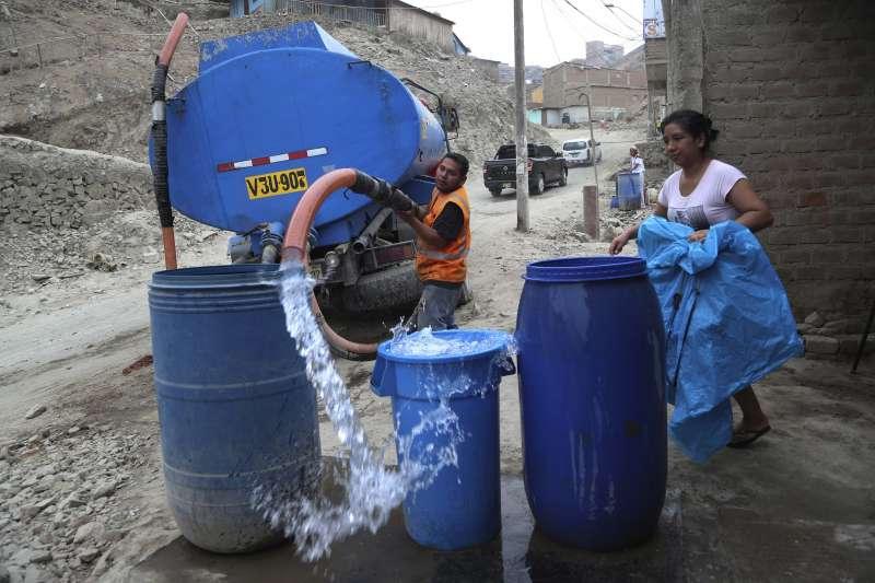 武漢肺炎疫情在全球蔓延,窮人受到嚴重衝擊。圖為秘魯首都利馬的一處貧困社區,當地連取得乾淨清水都很困難(美聯社)