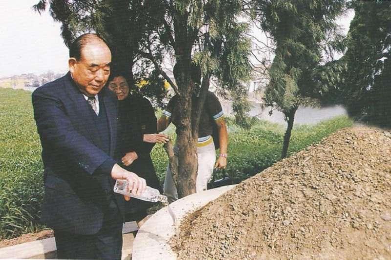 1999年4月,郝柏村回鄉祭拜父母。行完跪拜禮後,繞墓一圈,並將酒水灑在父母墳上。(鹽城傳真)