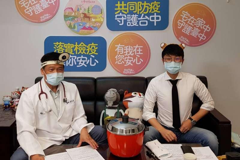台中市衛生局長曾梓展(左)和台中市新聞局長黃國瑋(右)1日於臉書直播中,向民眾示範「如何用電鍋消毒口罩」。(資料照,台中市政府提供)