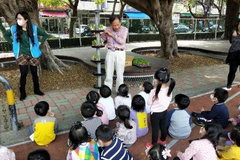 北屯社區大學水耕班師生,帶領星光幼兒園實作食農教育。(圖/臺中市政府教育局提供)