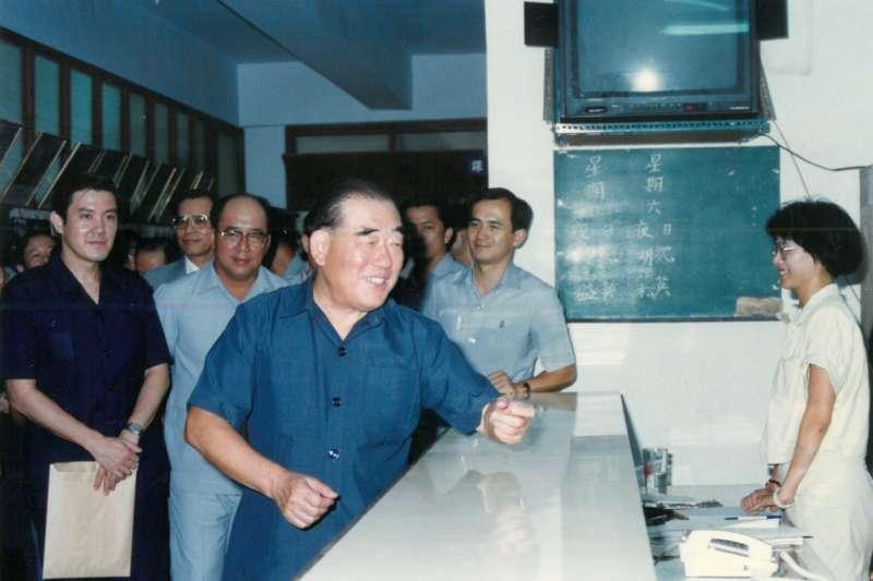 前總統馬英九(左一)表示,他曾追隨時任行政院長郝柏村(中),對其剛正、明快、積極的施政風格非常敬佩。(資料照,取自馬英九臉書)
