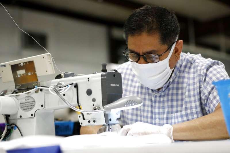 新冠肺炎(武漢肺炎)衝擊墨西哥,當地一家工廠趕製口罩。(AP)